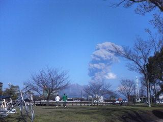 噴火する桜島